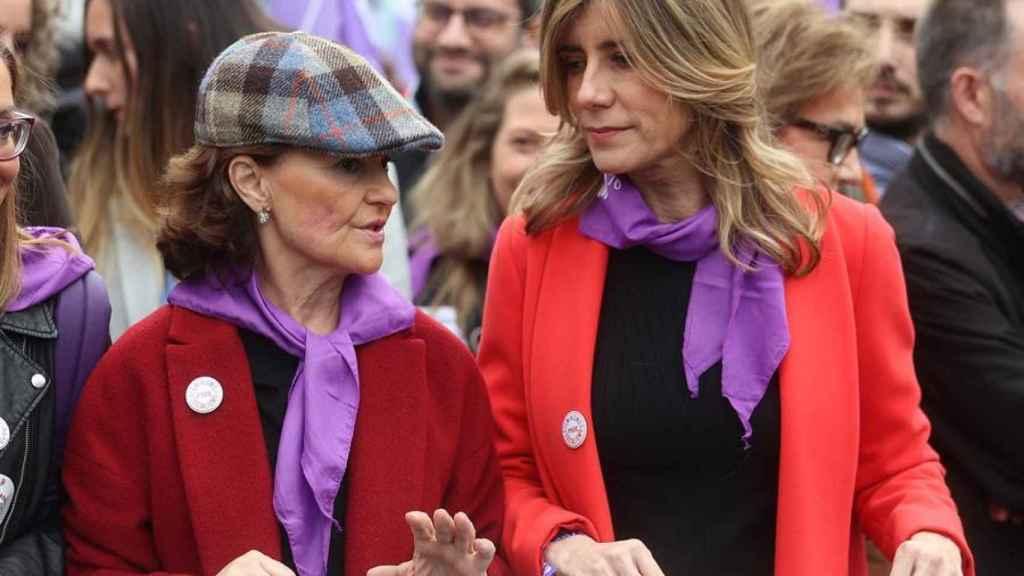 Begoña Gómez, esposa del presidente del Gobierno, junto a Carmen Calvo en la manifestación del 8-M.