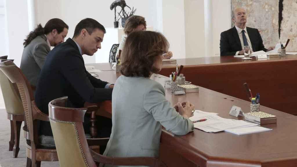 Consejo de Ministros extraordinario para decretar el estado de alarma, con el Gobierno guardando distancia.