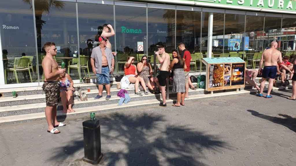Grupo de británicos en Benidorm, este sábado.
