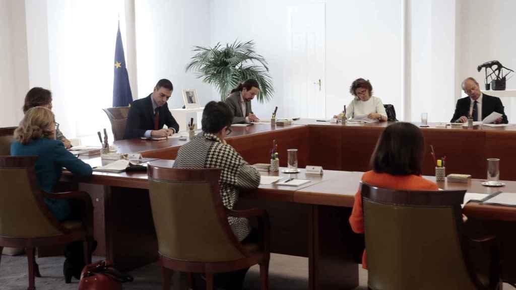 Pedro Sánchez, entre sus cuatro vicepresidentes, en el Consejo de Ministros extraordinario para decretar el estado de alarma.