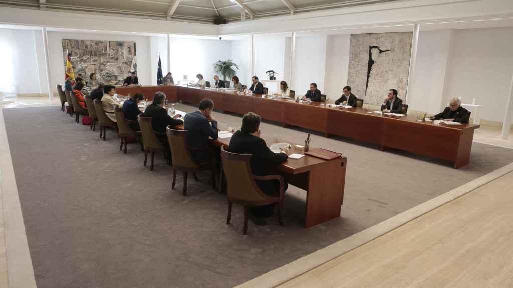 La sala especial habilitada para un Consejo de Ministros extraordinario con medidas de distancia social.