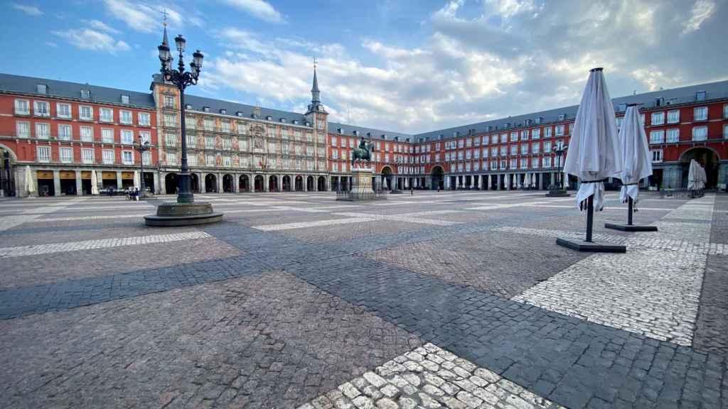 La Plaza Mayor de Madrid, desierta, en su primer día tras el estado de alarma.