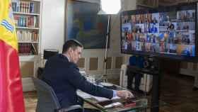 El presidente del Gobierno, en su despacho, durante la videoconferencia de presidentes autonómicos.