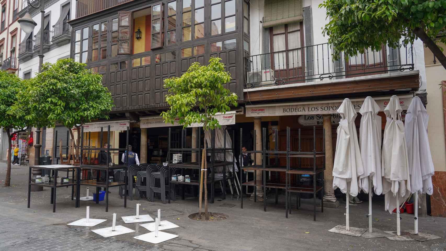 Un bar de Sevilla cerrado por el coronavirus.