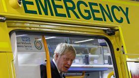 Boris Johnson en una ambulancia durante una visita al Pilgrim Hospital de Boston en agosto.