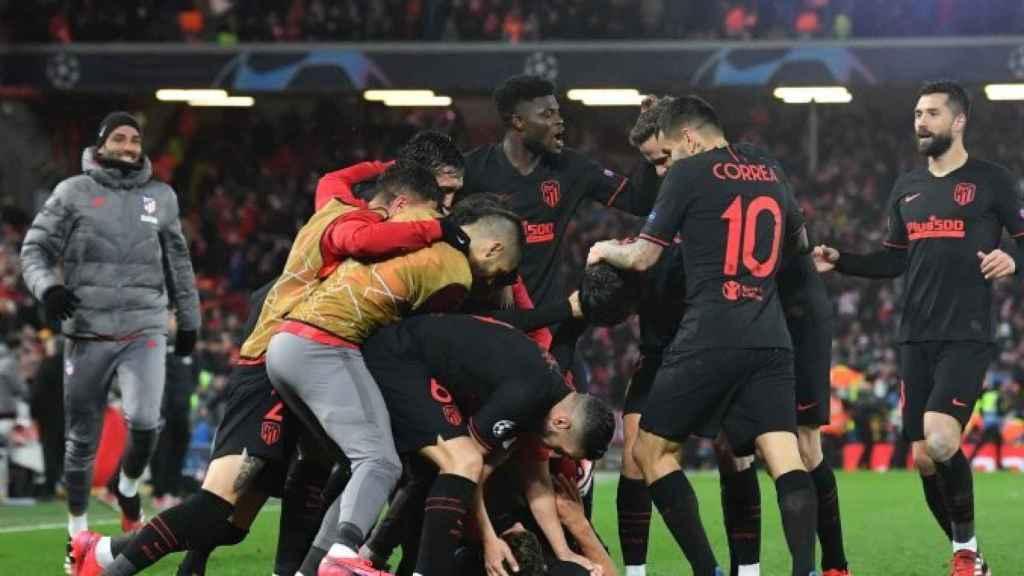 Los jugadores del Atleti celebrando un gol ante el Liverpoo