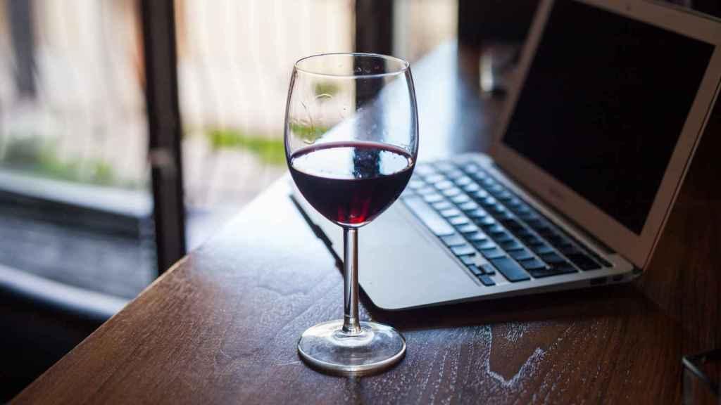 Una copa de vino, otra ventaja del teletrabajo.