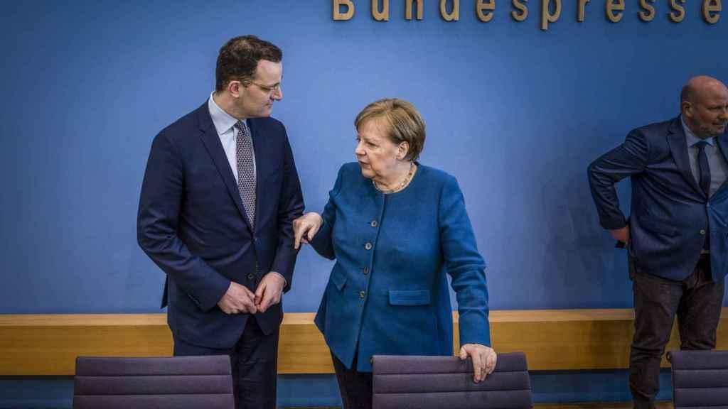 La canciller alemana Angela Merkel y el ministro de Sanidad, Jens Spahn.