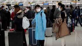 Pasajeros esperan en el aeropuerto JFK de Nueva York a embarcar a un vuelo que se dirigirá a China.