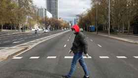 Un hombre cruza la avenida Paseo de la Castellana este lunes 16 de marzo de 2020.