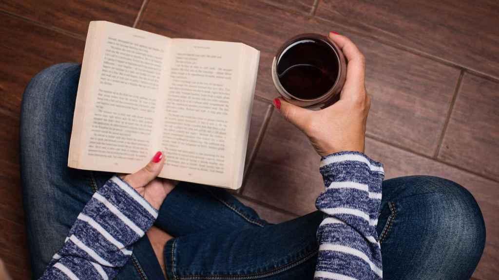 Un libro y una copa de buen, la mejor compañía.