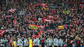 Los jugadores del Atlético de Madrid celebrando la victoria ante el Liverpoolcon sus aficionados