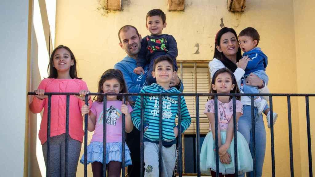 La familia Galán Vidal; Samuel y Lucía junto a sus hijos.