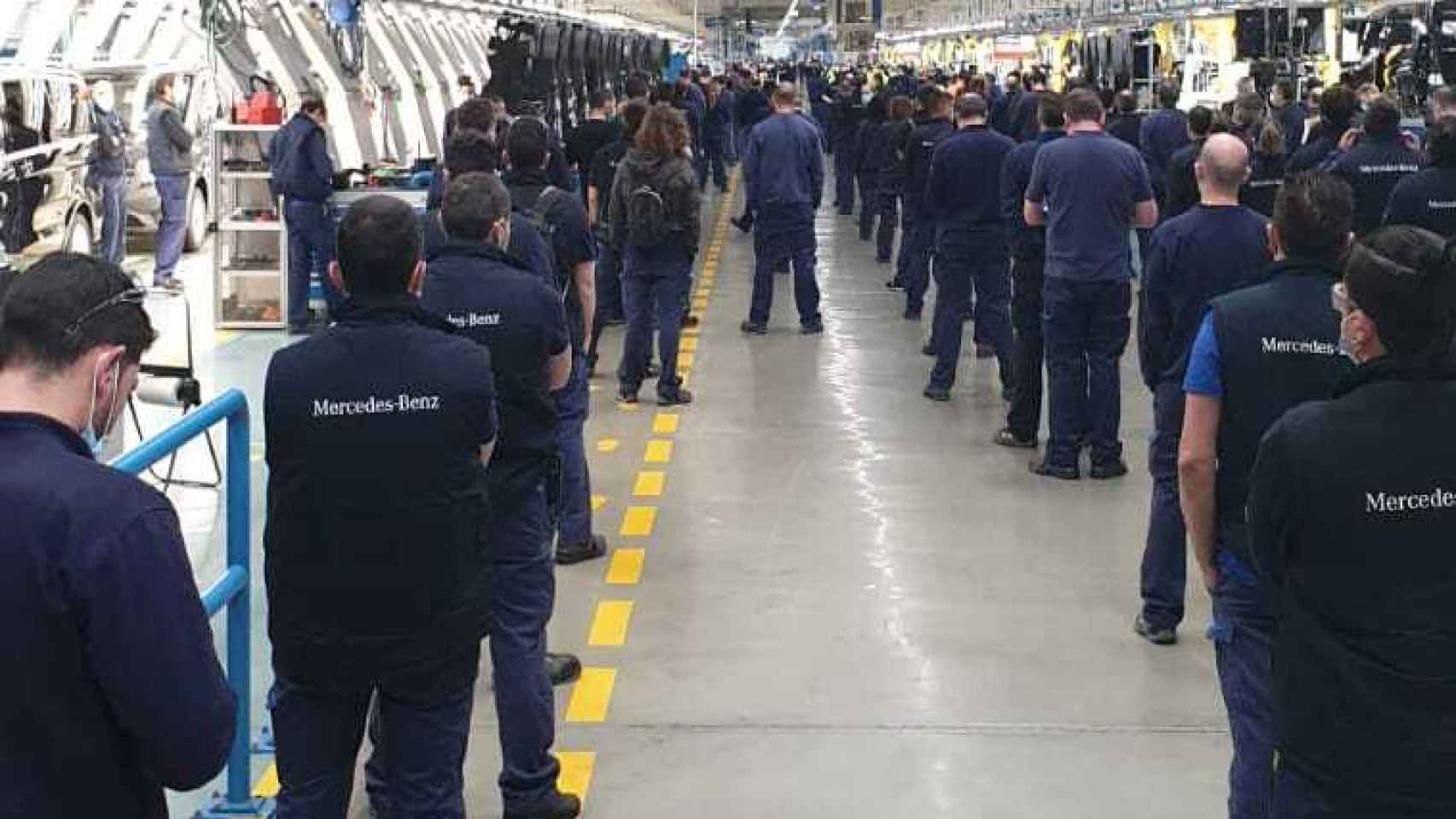 Los empleados de Mercedes Benz en Vitoria esta mañana.