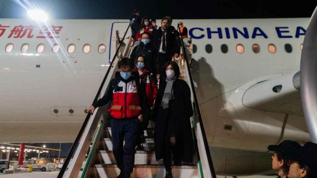 Momento en el que los expertos chinos en coronavirus aterrizan en Roma.