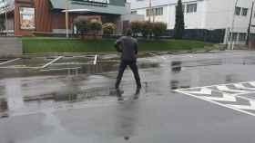 John McAfee, orinando en un aparcamiento de un McDonald's