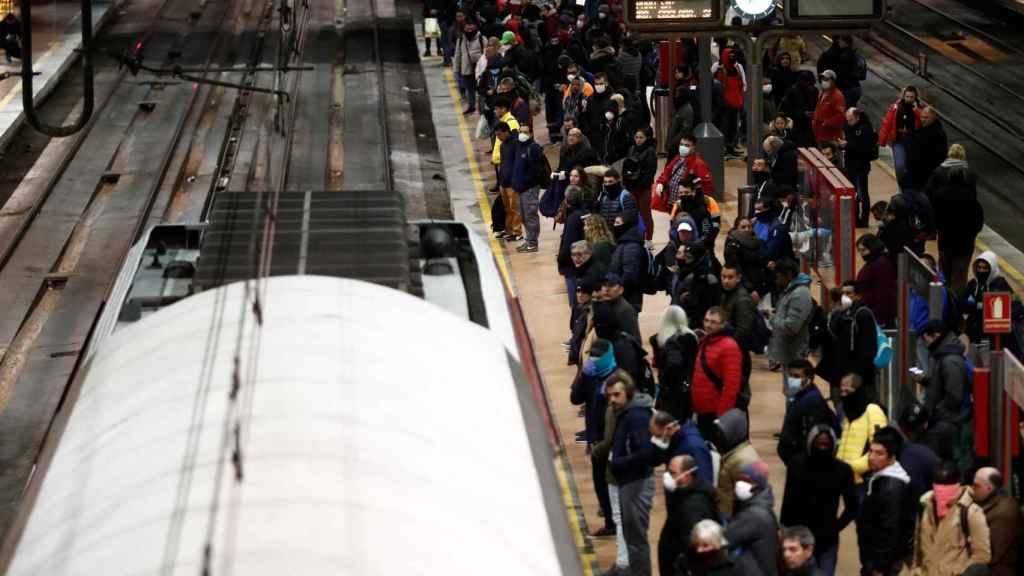 Decenas de usuarios cogen un tren de Cercanías a primera hora de este martes en Atocha.