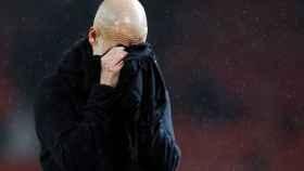 Pep Guardiola se seca la cara con una toalla durante un partido del Manchester City