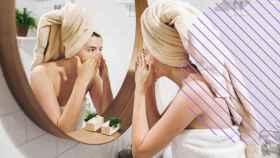 Una chica aplicándose una mascarilla en casa.