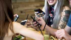 Comiendo con un smartphone en la mano.