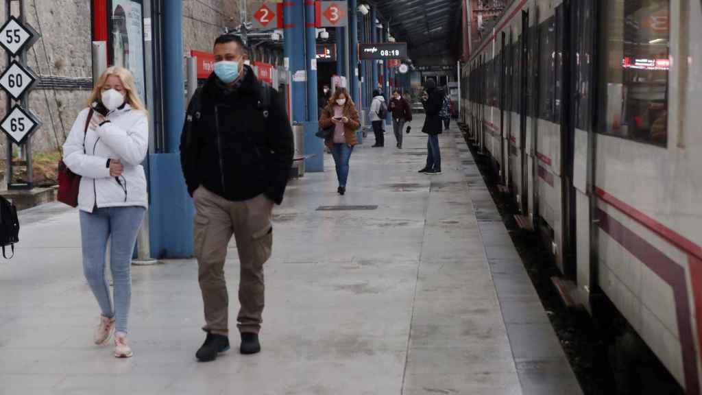 Varias personas protegidas con mascarillas en la estación de Cercanías de Príncipe Pío, en Madrid, a primera hora de este martes.