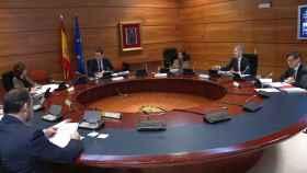 Sánchez y seis ministros socialistas, en el Consejo de Ministros 'virtual'.