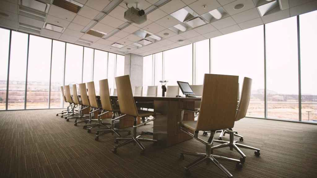 Imagen de una sala de reuniones vacía.