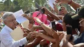 AMLO saluda a los ciudadanos de Marquelia, en el estado de Guerrero (México)