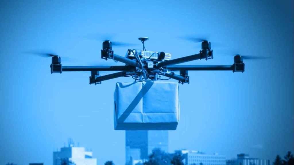 Dron llevando un paquete