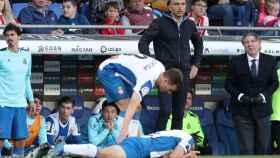 Dos jugadores del Espanyol y Abelardo, durante un partido