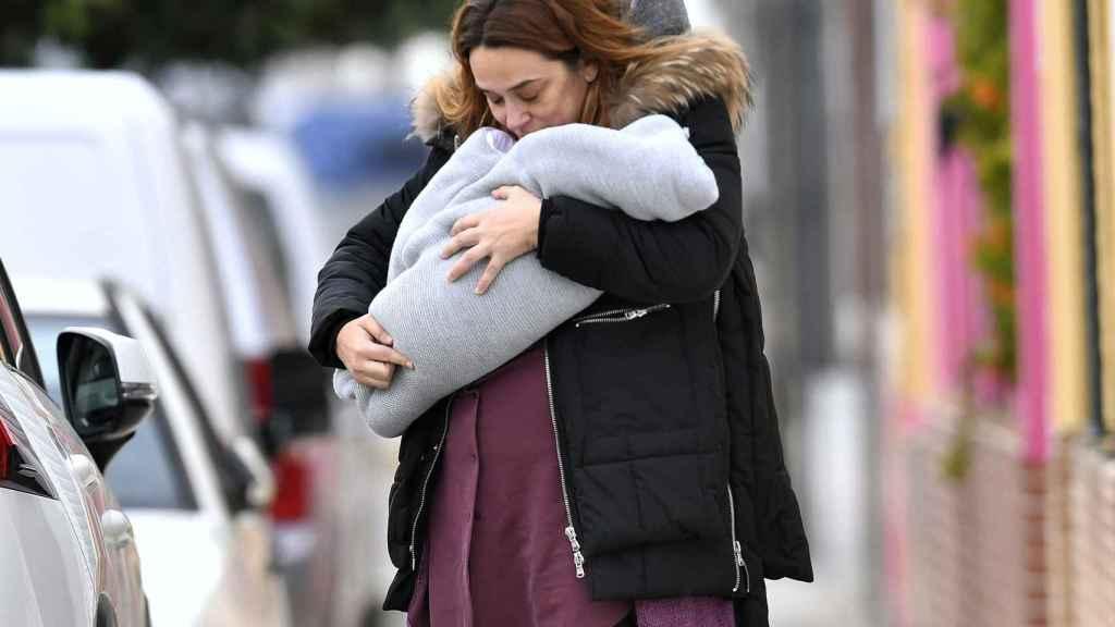 Toñi Moreno con su bebé por las calles de Cádiz.