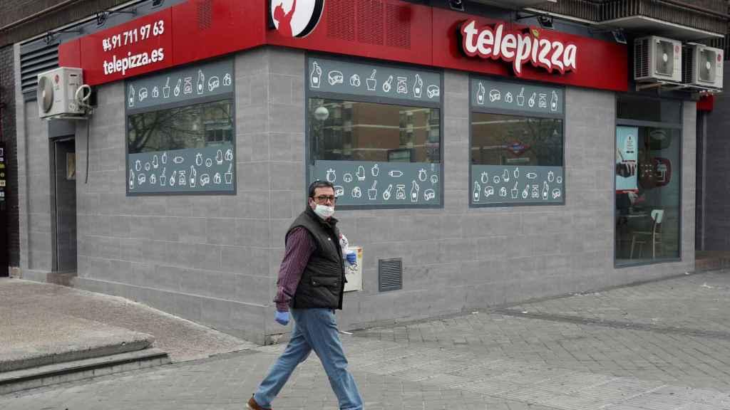 Un hombre camina frente a un restaurante Telepizza en Madrid, este miércoles.