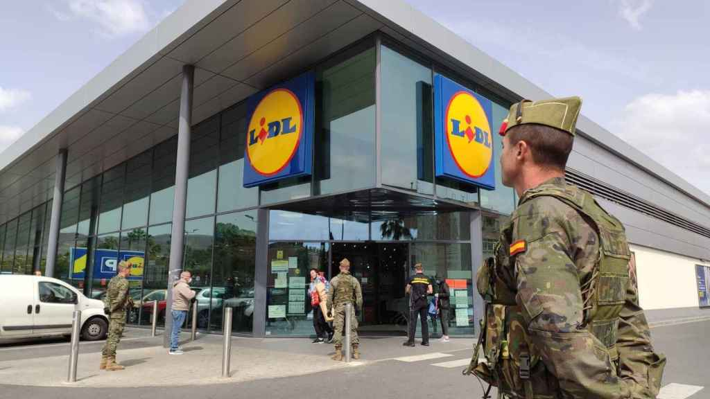 La Legión, patrullando a las puertas de un supermercado.