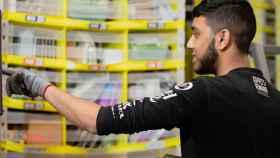 Un operario de Amazon, trabajando en uno de sus centros logísticos.
