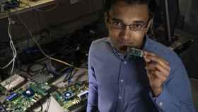 Nabil Iman con un procesador Intel Loihi
