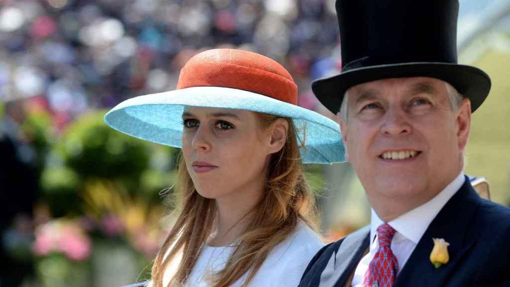 Beatriz de York junto a su padre, el duque de York, durante un evento en 2015.