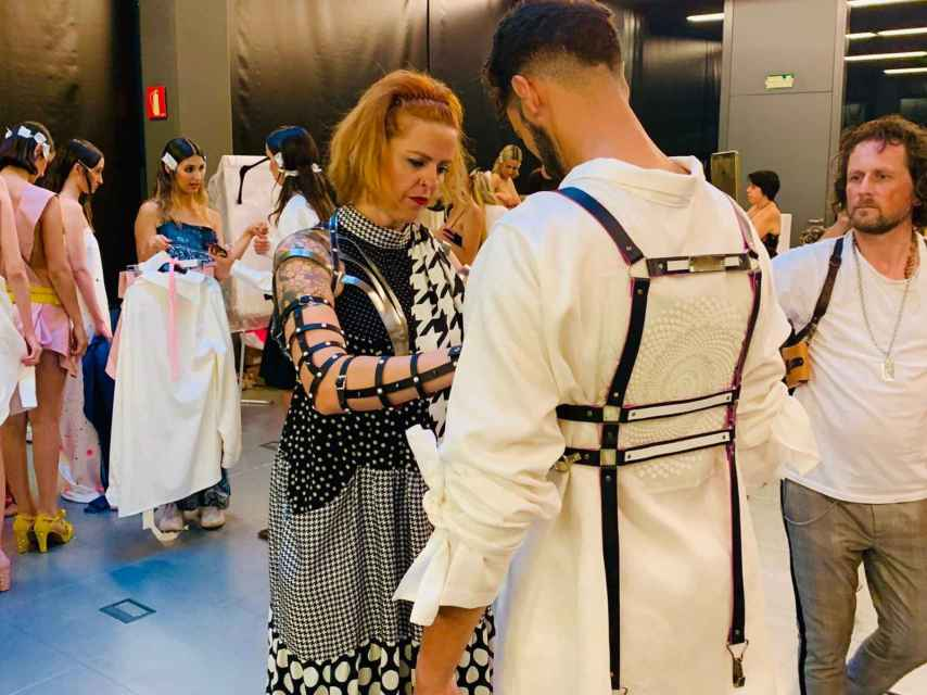 Ruth Duréndez preparando a sus modelos en uno de sus desfiles de moda.
