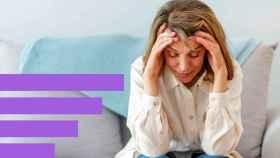 Una mujer apoyándose en la cabeza en su casa.