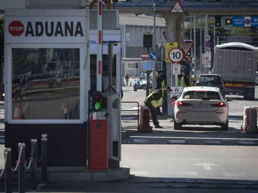 Un agente revisa la documentación del conductor de un vehículo en la verja de Gibraltar