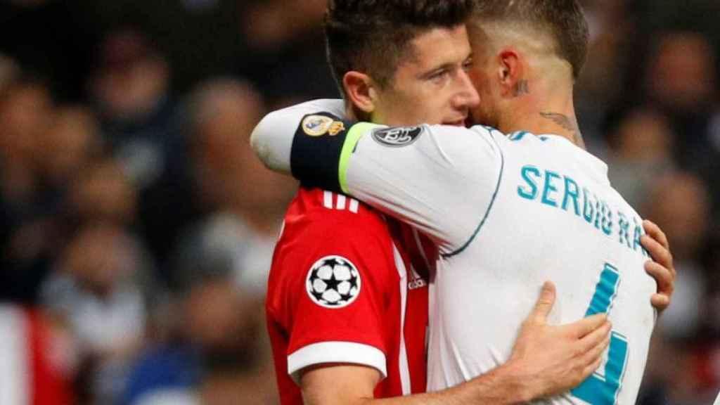 Robert Lewandowski y Sergio Ramos abrazándose