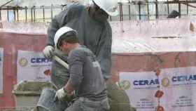 Unos trabajadores en plena función de sus tareas.