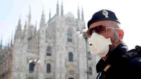 Un policía con mascarilla frente al Duomo de MIlán