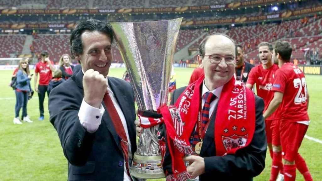 Unai Emeery  junto a Pepe Casto con la copa de la Europa League