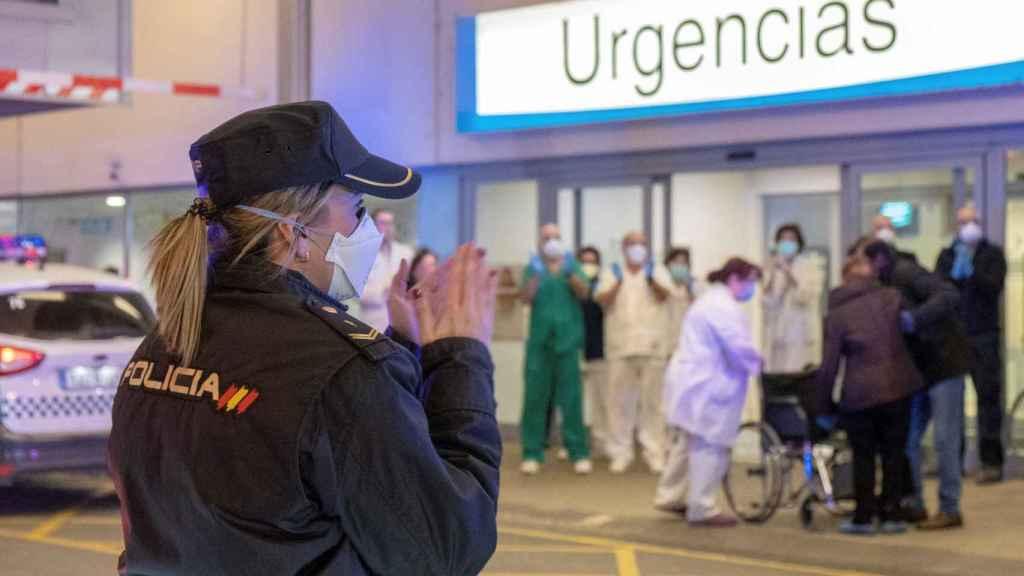 Policías y médicos reciben el aplauso de la población.