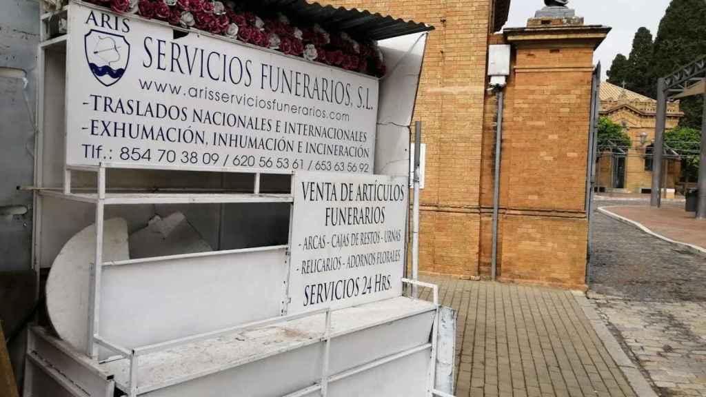 Las floristerías del cementerio de Sevilla, cerradas a cal y canto.
