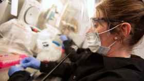 Una científica trabaja con muestras de coronavirus para probar la hidroxicloroquina en un ensayo en la Universidad de Minnesota.