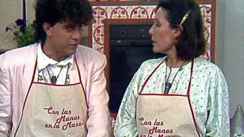 Elena Santoja y Pedro Almodóvar en 'Con las manos en la masa'.