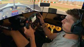 Max Verstappen, jugando a un simulador Fórmula 1