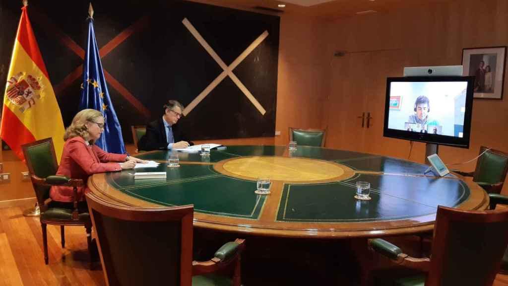 Nadia Calviño y Roberto Sánchez durante la reunión de este viernes con las operadoras de telecomunicaciones.