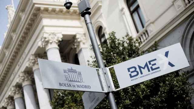 Un rótulo de BME a la entrada de la Bolsa de Madrid.